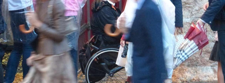 Fuori l'Arena di Verona, prima di Turandot, con impermeabili, ombrelli e carrozzina