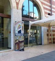 Stand posizionati davanti all'accesso disabili della Galleria d'arte moderna a Palazzo della Ragione Verona