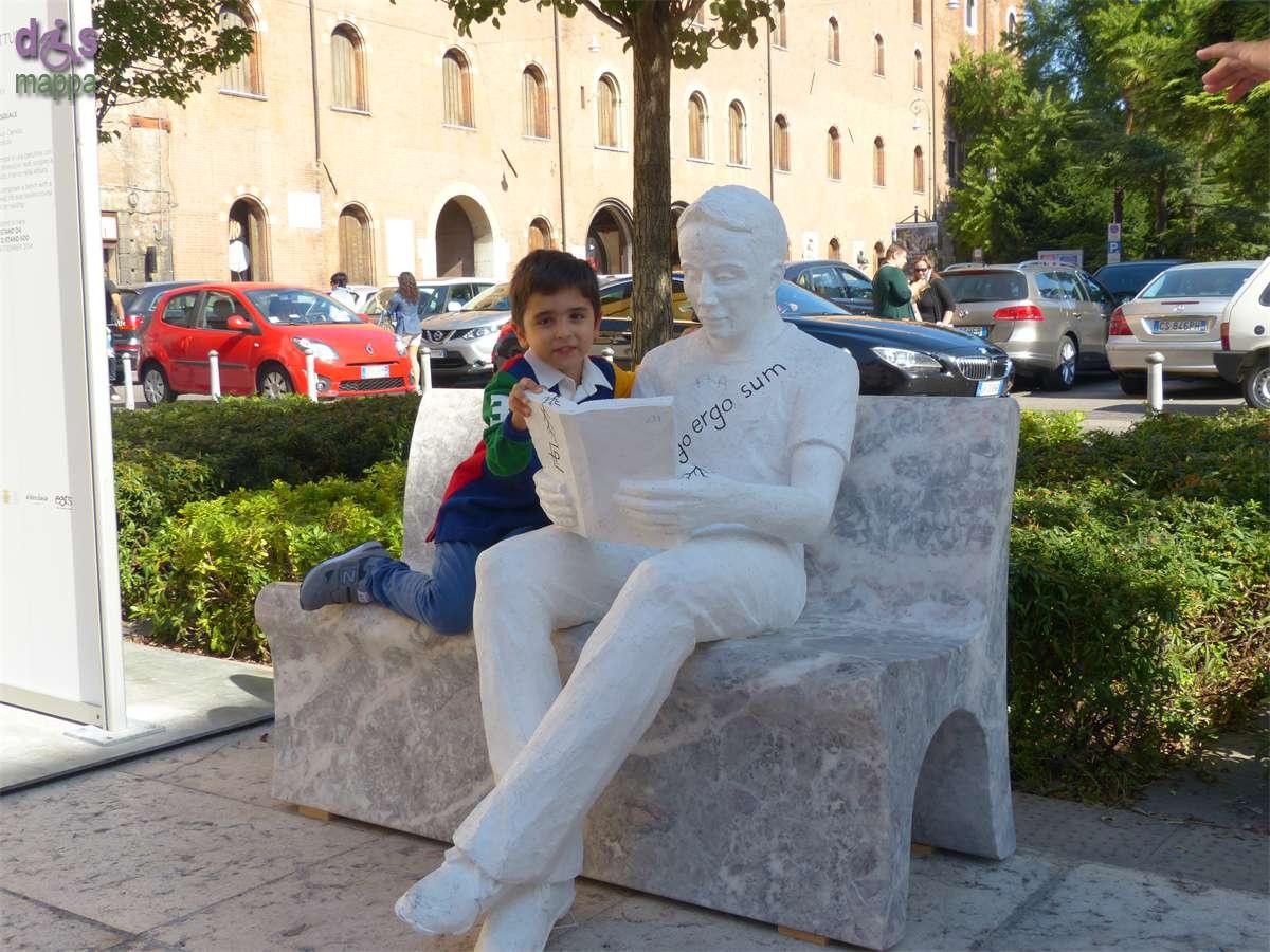 Il bambino che legge il libro di pietra dismappa for Marmomacc verona 2017