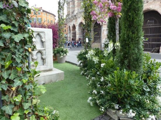 Nel corso di Piazze dei Sapori il finto balcone di Giulietta per i selfie installata da Flover non ha tenuto conto della segnalazione fatta durante Verona Mio Fiore (vedi), anzi, la nuova collocazione a ridosso del marciapiede lo rende ancora più inaccessibile