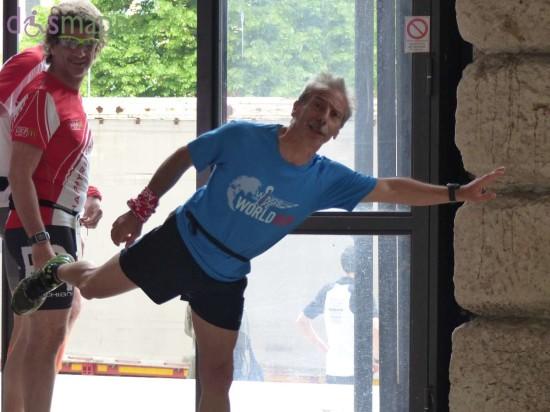 Giovanni Storti, del trio Aldo, Giovanni e Giacomo, anche quest'anno è ambasciatore e ha partecipato alla Wings for Life World Run a Verona: eccolo simpaticamente in posa mentre va ai blocchi di partenza