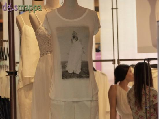 Bianco estate nei manichini del negozio Benetton in via Mazzini a Verona
