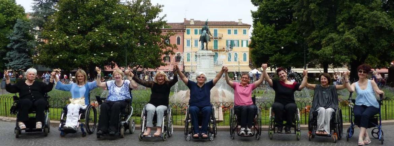 Durante una delle sessioni fotografiche per il calendario 2016, alcune donne del GALM, il cui gruppo che festeggia i 10 anni di attività, hanno testimoniato per dismappa davanti la fontana in Piazza Bra