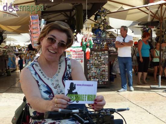 L'amica Patrizia Parodi, in vacanza a Verona on wheels, testimone di accessibilità per dismappa in Piazza delle Erbe