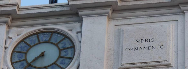 """Ai lati dell'orologio di Palazzo Poste a Verona """"civium commoditate, urbis ornamento"""" ossia """"per l'uso pratico e funzionale dei cittadini ma anche per la bellezza e l'estetica della città"""""""