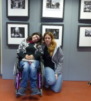 La prima visitatrice della mostra Verona On Wheels, che inaugura oggi pomeriggio alla Biblioteca Frinzi, è questa ragazza in carrozzina con amica incontrata durante l'allestimento