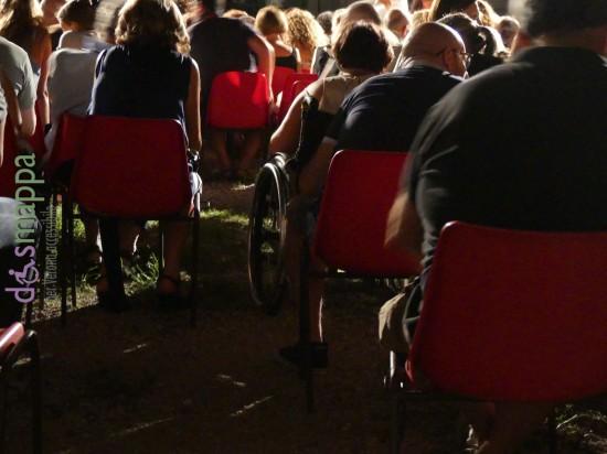 Una sedia a rotelle tra le sedie del pubblico della corte dedicata al teatro estivo all'ex Arsenale di Verona - foto dismappa.it