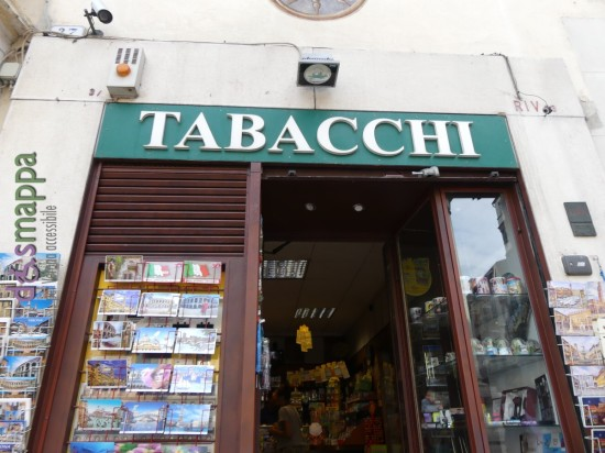 La tabaccheria in Piazza delle Erbe 27 a Verona ha entrata a filo marcipiede, vi si possono trovare, oltre a tabacchi e valori bollati, cartoline, dolciumi, articolo regalo e souvenir. Accessibile a disabili in sedia a rotelle