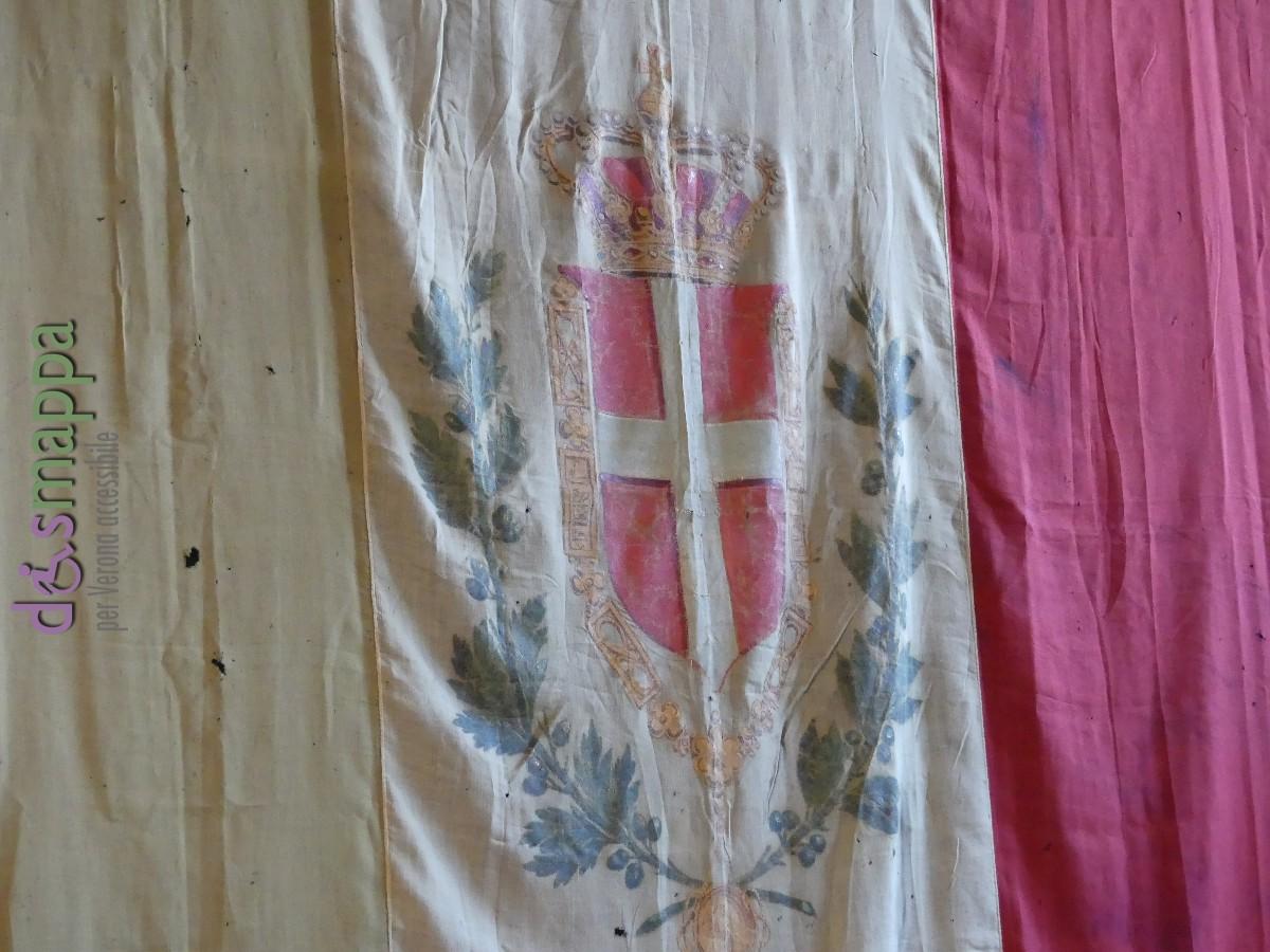la prima bandiera dell'Italia unita esposta a Verona nel 1866 dalla famiglia Anti nell'arco di Piazza delle Erbe