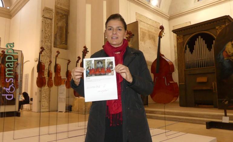 Rossella Pasqua (Relazioni esterne ASLC), testimone di accessibilità per dismappa davanti l'installazione di Roberto Pugliese La finta semplice.