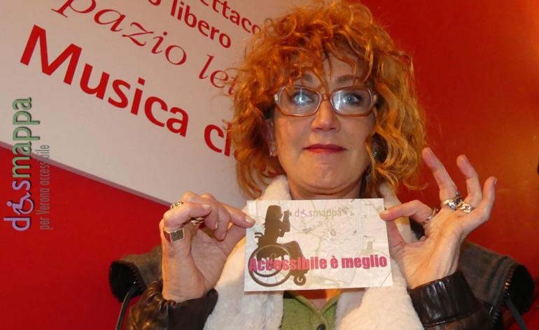 La cantante Fiorella Mannoia testimone di accessibilità per dismappa alla Feltrinelli, dove ha presentato il suo ultimo disco di inediti Combattente.
