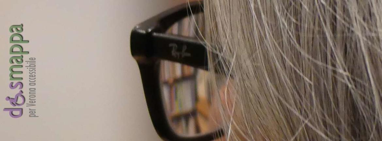 Riflesso di libri negli occhiali da vista
