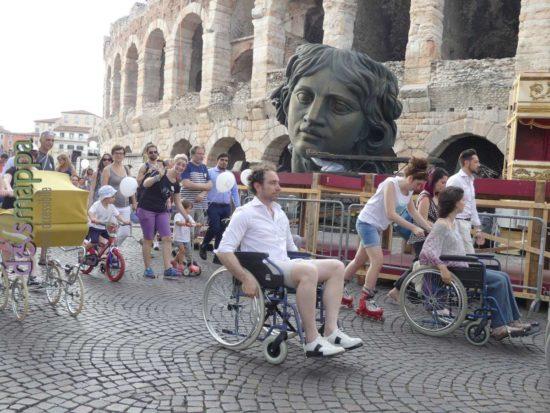 Michele Croce in carrozzina durante la Skarrozzata a Verona
