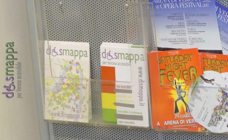 La cartolina realizzata da disMappa, gratuita, per misurare le barriere architettoniche all'Ufficio turismo in Piazza Bra a Verona
