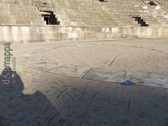 Terzo Paradiso, installazione di Michelangelo Pistoletto all'Arena di Verona, con ombra della fotografa disabile in carrozzina