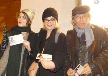 Paolo Rossi con le attrici Lucia Vasini e Karoline Comarella testimoni di accessibilità per dismappa dopo il successo della prima veronese di Molière: la recita di Versailles al Teatro Nuovo